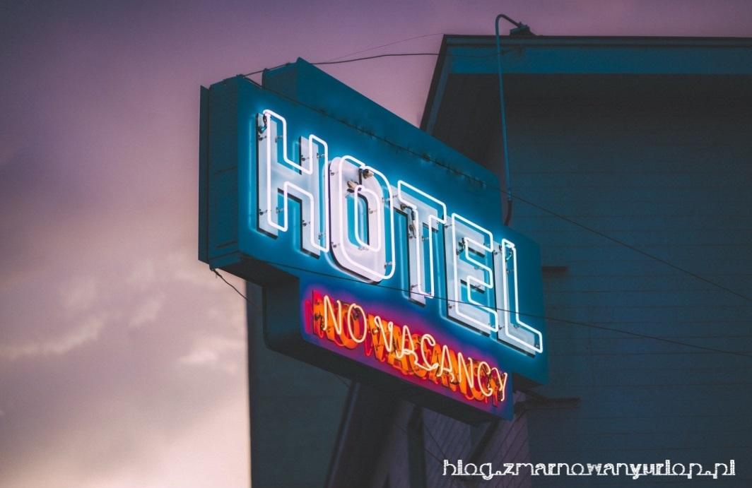 ilustracja zjawiska overbooking - hotelowy neon z napisem no vacancy