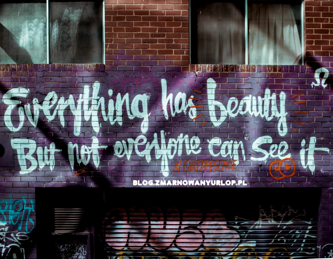 "Graffiti na murze z napisem ""Everything has beauty but not everyone can see it"""