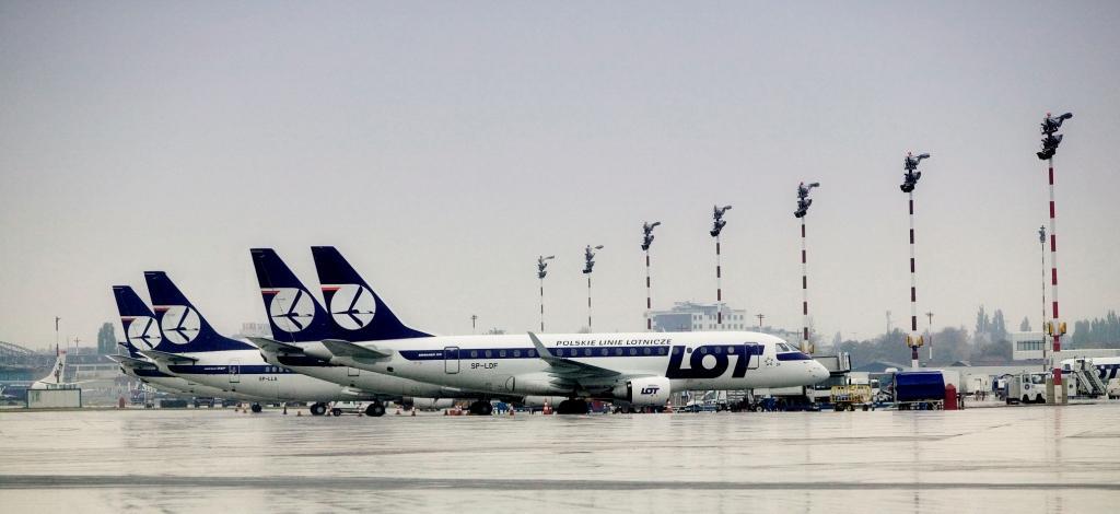samoloty PLL LOT na płycie lotniska