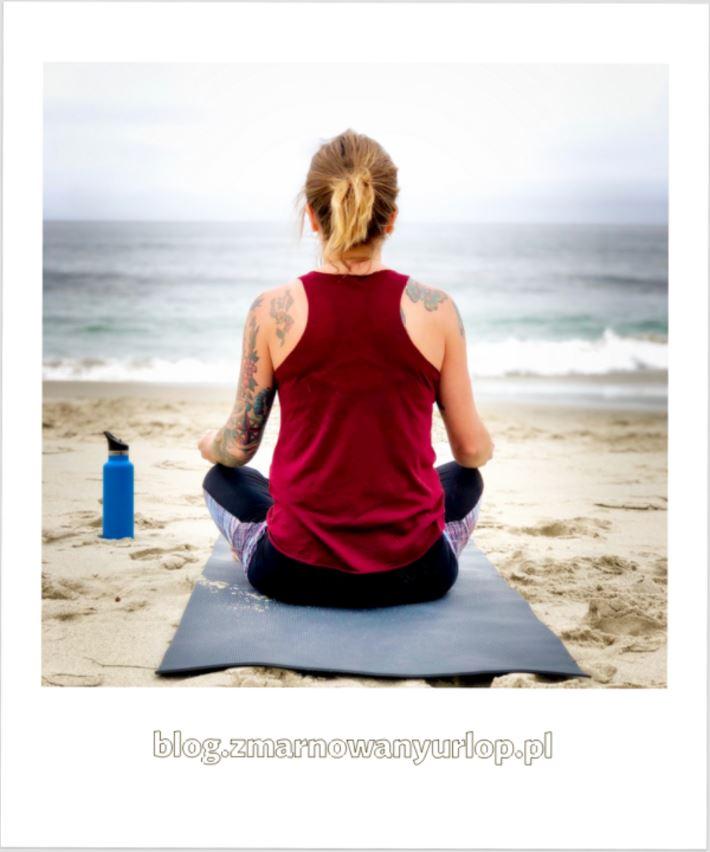Grecos Active by Ewa Chodakowska - kobieta siedząca na plaży